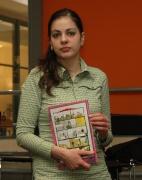 Lada Gažiová ukazuje komiks pro časopis Romano voďori (Foto: Jana Šustová)