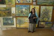 Romská kočovná malířka Mona Metbach se svými obrazy (Foto: Jana Šustová)
