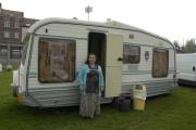 Romská kočovná malířka Mona Metbachová před svým karavanem