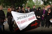 Studenti Ústavu etnologie vyrazili na Majáles v pohřebním průvodu s rakví (Foto: Jana Šustová)