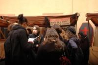 Studenti u informačního stánku Ústavu etnologie na dvoře Karolina (Foto: Jana Šustová)