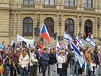 Teilnehmer der Demonstration vor dem Rudolfinum (Foto: Martina Schneibergová)