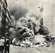 21. srpen 1968 ve Vinohradské ulici v Praze, před budovou Českého rozhlasu