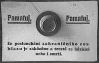 Warnaufschrift auf einem Rundfunkempfänger während des Kriegs