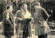 Miroslav Mráz (uprostřed) při natáčení exteriérových scén rozhlasové hry 'Vrah je náš starý známý' vroce 1964
