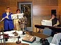 Redaktoři Radia Praha při nahrávání vánočních koled