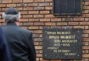 Ředitel židovského muzea v Bratislavě Pavol Mešťan před památníkem (Foto: ČTK)