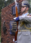 Voják čestné stráže prezidenta republiky před památníkem obětí romského holokaustu (Foto: ČTK)