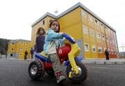 Děti před domem složeným z obytných kontejnerů v lokalitě Poschla ve Vsetíně (Foto: ČTK)