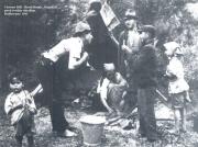 Cinono Diľi - Berti Motak - Nakchali před svým obydlím. Rožkovany 1941