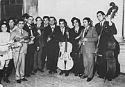 Elina Machálková (3. zprava) ve Svazu Cikánů-Romů v roce 1971