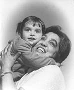 Elina Machálková s vnučkou Petrou v roce 1969