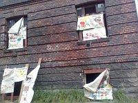 Ve vytlučených oknech jsou dětské obrázky (Foto: Andrea Čánová)