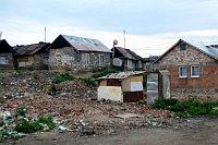 Život mezi odpadky je v romské osadě každodenní rutinou (Foto: Vojtěch Berger)