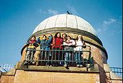 Exkurze v Astronomickém ústavu AV ČR, romské děti a rodiče z Jaroměře