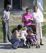 Romští obyvatelé usedlosti Karolín (Foto: ČTK)