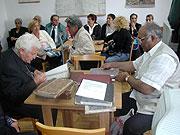 Studium archivních dokumentů (Foto: Jana Šustová)