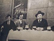 Jaroslav Hašek spřáteli na historické fotografii
