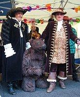 Petr Burgr a la derecha con el oso y el alcalde