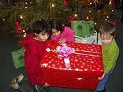 Děti s dárkem u Stromu splněných přání