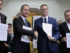 Les dirigeants du parti KDU-ČSL et STAN ont signé l'alliance en vue des élections législatives, photo: ČTK