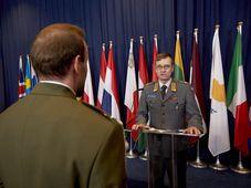 Le sergent tchèque de la 44e infanterie motorisée, a été décoré de la médaille du service de la Politique européenne de sécurité et de défense. La récompense lui a été remise des mains du Lieutenant Général de l'état-major de l'UE, Esa Pukkinen, photo: Ladislav Sekan / Site officel d l'Armée tchèque