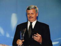 Štefan Šimák přebírá ocenění Krištáľové krídlo za publicistiku a literaturu v roce 2000, foto: Archiv Štefana Šimáka