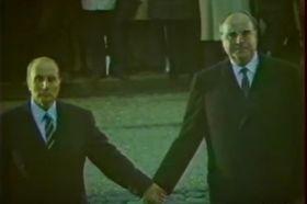 François Mitterrand und Helmut Kohl auf dem Schlachtfeld von Verdun (Foto: YouTube Kanal Ina Actu)