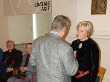 Magdalena Jetelová přebírá od Karla Schwarzenberga cenu Gratias agit, foto: Archiv Radia Praha