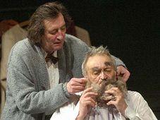 Bolek Polívka (vlevo) a Milan Lasica ve hře Ronalda Harwooda Garderobiér, foto: ČTK
