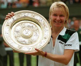 Jana Novotná displays Wimbledon women's singles trophy in 1998, photo: CTK