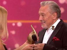 """Karel Gott übernahm die """"Goldene Henne"""" (Foto: Archiv von Mitteldeutschem Rundfunk)"""