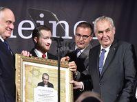 Le titre de Combattant pour la paix qui a été décerné au président tchèque Miloš Zeman (à droite), photo: ČTK