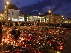 Svíčky a květiny před Prezidentským palácem ve Varšavě, foto: ČTK