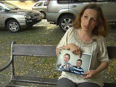 Eva Michaláková con una foto de sus hijos, foto: ČT24