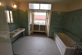 La fenêtre dans la salle de bain de Jan Masaryk, photo: Ondřej Tomšů