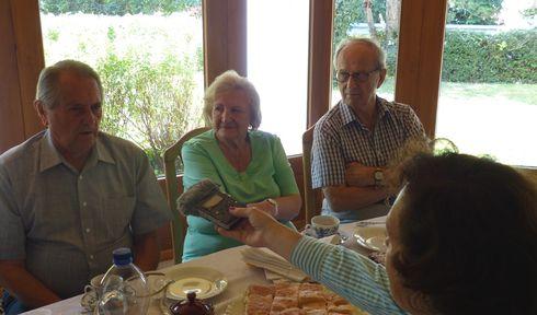 Redaktorka Klára Stejskalová hovoří s komunitou krajanů ve Švýcarsku, foto: archiv Kláry Stejskalové
