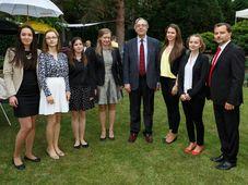 El embajador de Espaňa, Pedro Calvo-Sotelo, en el centro, junto a las ganadoras, foto: Carlos Ferrer