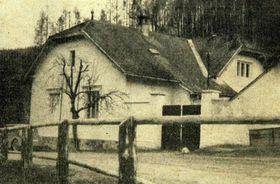 Дом лесника Коварже, иллюстрация из книги Salašská tragédie (J. Ocásek, MNV na Salaši, 1966)