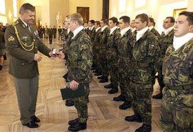 Los reclutas seleccionados reciben medallas conmemorativas de manos del Jefe del Estado Mayor checo, general Pavel Stefka (Foto: CTK)