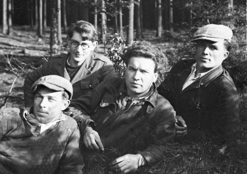 Lawrence Saywell (second from left wearing glasses), photo: Australian War Memorial, Public Domain