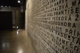 El muro con nombres de las víctimas, foto: Ondřej Tomšů