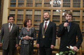 Víctor Hernández, Livia Klausová, Václav Hampl y el estudiante ganador