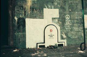 Le mur de John Lennon autour 1983, photo: David Sedlecký, CC BY-SA 3.0 Unported