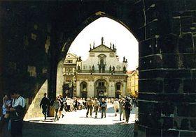 Iglesia del Santísimo Salvador desde el Puente de Carlos (Foto: autor)