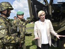 La ministre de la Défense Karla Šlechtová avec les soldats tchèques qui s'envoleront ce jeudi pour les pays baltes, photo: Luděk Peřina / ČTK