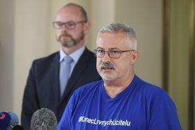 Předseda školských odborů František Dobšík hovoří snovináři po setkání sministrem školství Robertem Plagou (vlevo), foto: ČTK/Ondřej Deml