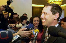 'El primer ministro Gross contraataca...' (Foto: CTK)