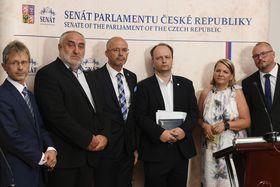 Senadores checos presentando la propuesta de recurso de inconstitucionalidad contra el presidente de la RCh (Václav Láska es el tercer de la derecha), foto: ČTK/Ondřej Deml