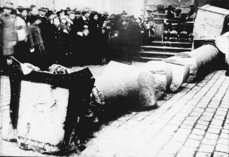 Поваленная Марианская колонна, 3 ноября 1918 года, Фото: Public Domain